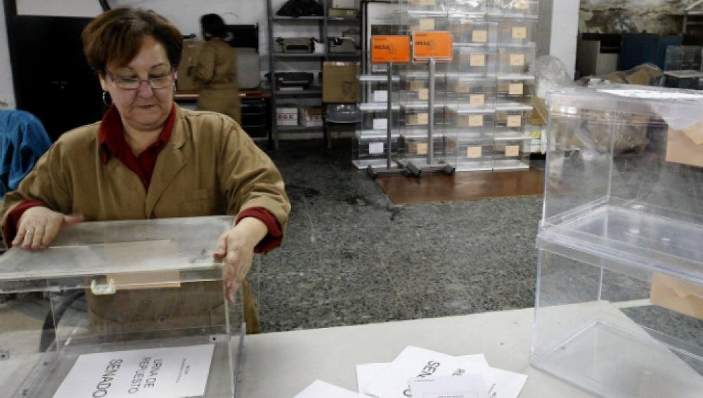 Trabajadoras del almacen electoral del paseo de Contadero de Sevilla