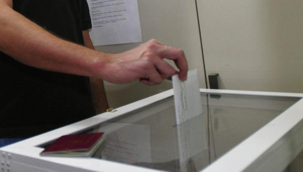 Un hombre ejerce el derecho a voto