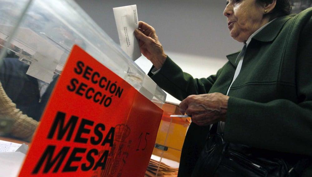Una mujer ejerce su derecho a voto