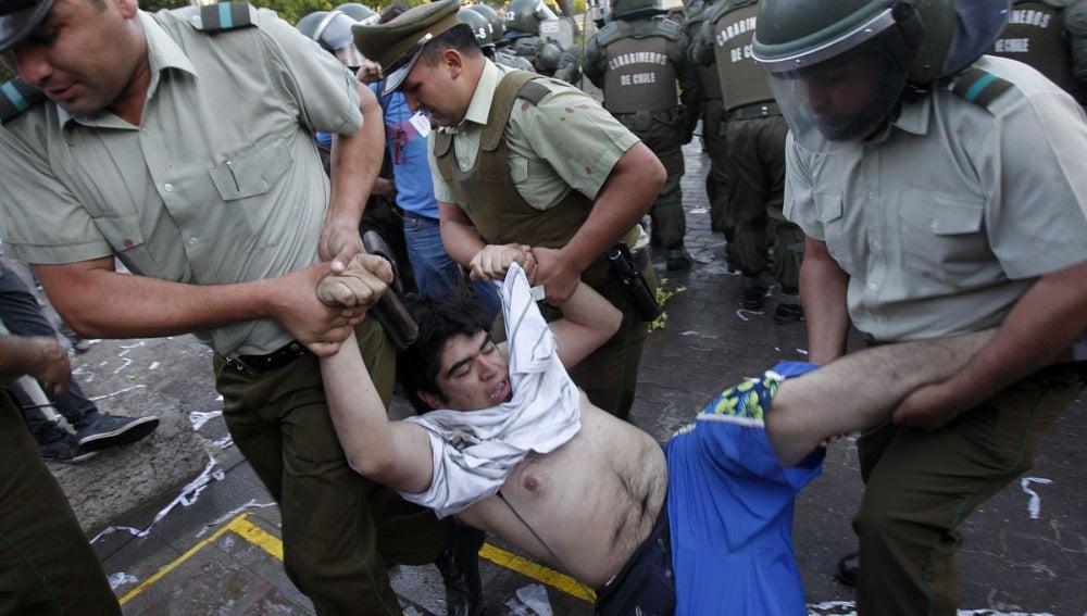 La Policía detiene a un manifestante en Chile