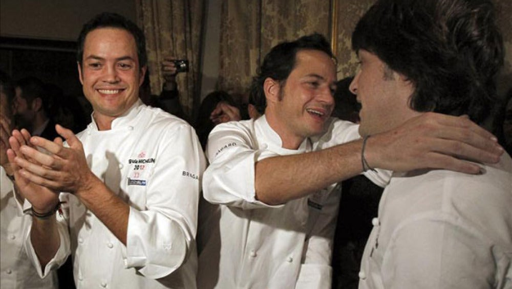 Los cocineros se felicitan en la gala de los premios Michelin.