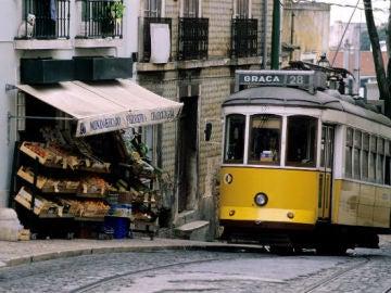 Un tranvía del barrio de Graça circula por la ciudad de Lisboa.
