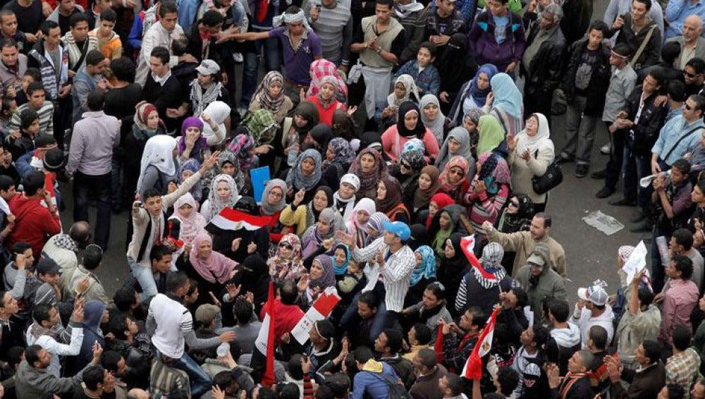 Una multitud se reúne en la plaza de El Cairo, en la víspera de las elecciones