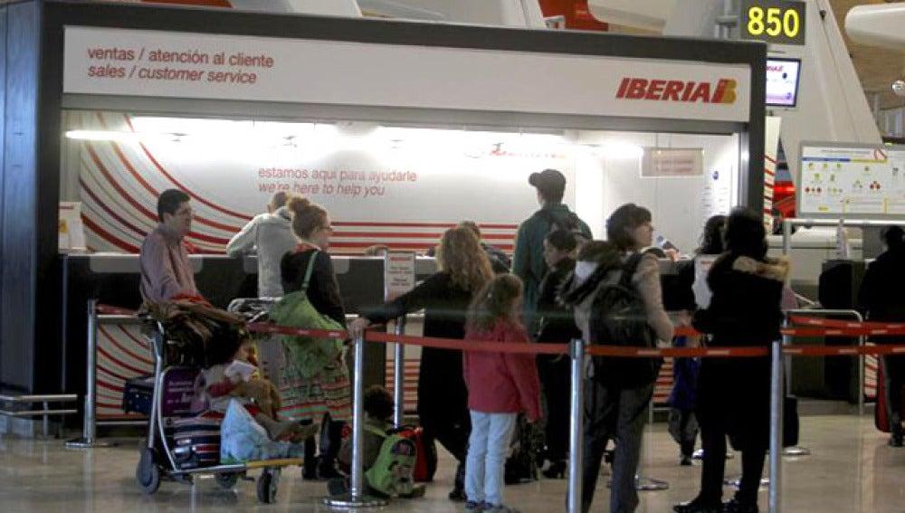 Colas en los mostradores de Iberia