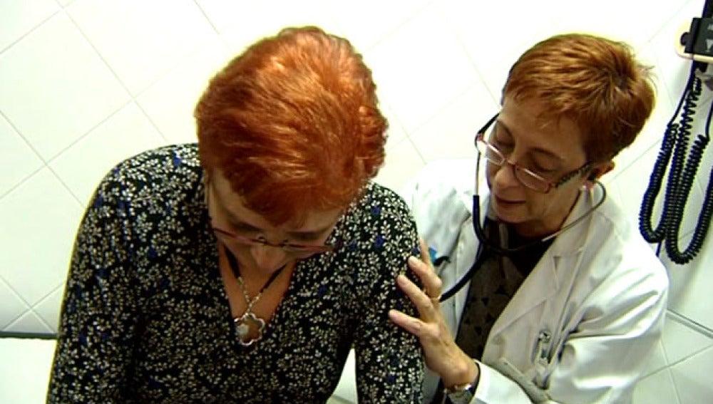 Médico y paciente en una consulta de atención primaria