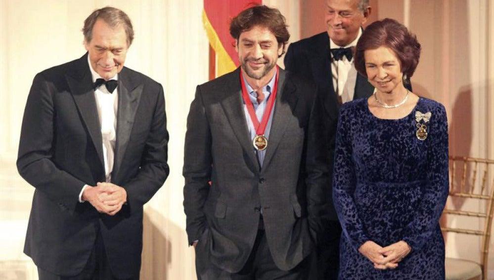 Doña Sofía junto a Javier Bardem y Óscar de la Renta