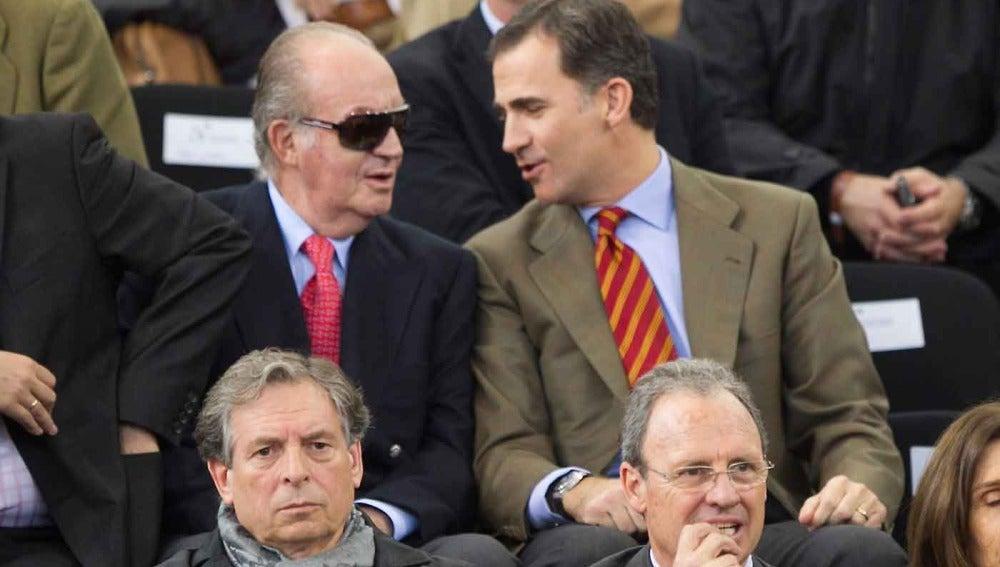 El Rey, con sus ya habituales gafas, junto al príncipe Don Felipe