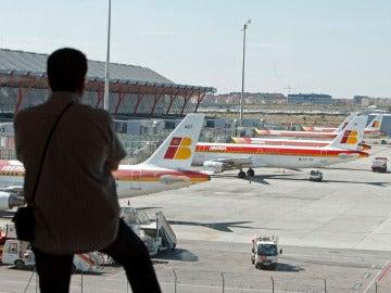 Un pasajero en la T4 del aeropuerto de Madrid-Barajas