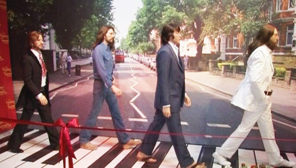 Los Beatle pasean por Abey Road