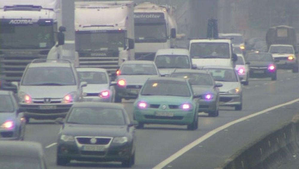 La niebla marca el final del puente en las carreteras