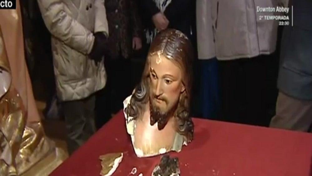 Decapitan la figura del Sagrado Corazón