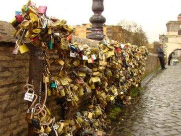Imagen del Puente Milvio, repleto de 'candados de amor'