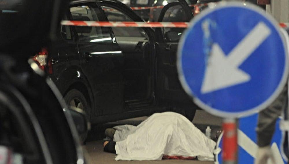 El cuerpo sin vida del hombre que llevó a cabo el tiroteo