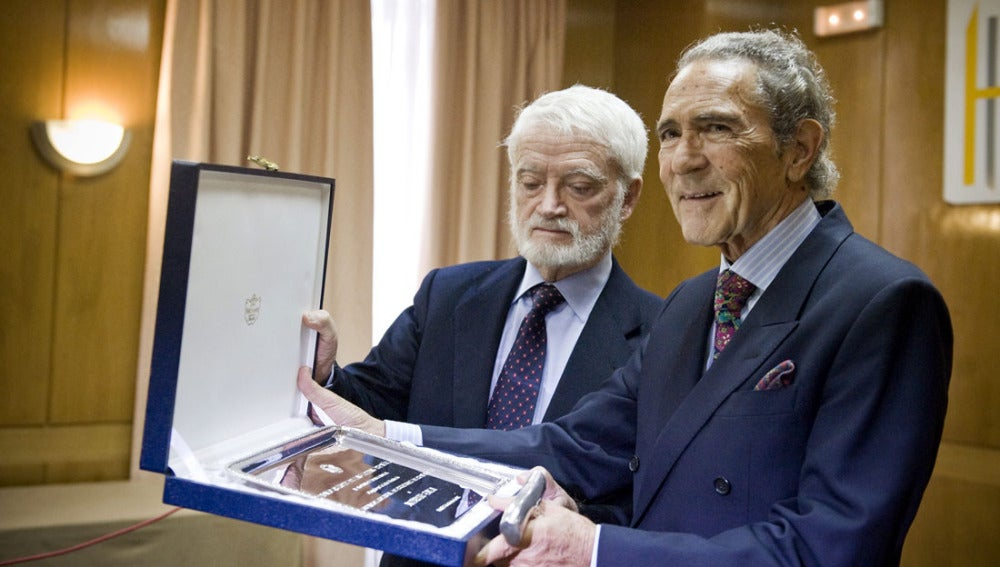 Antonio Gala recibiendo su premio