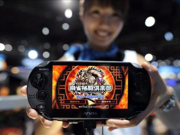 """Una azafata muestra una de las nuevas PlayStation Vita de Sony en el """"Tokyo Game Show"""""""