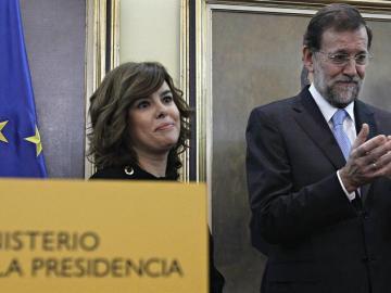 El jefe del Ejecutivo, Mariano Rajoy, aplaude a Soraya Sáenz de Santamaría