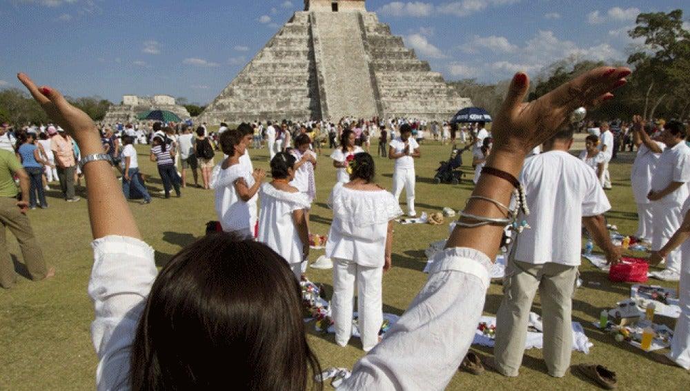 Indígenas mayas realizan una ceremonia