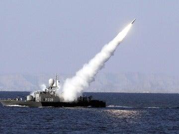 Lanzamiento de un misil desde un buque iraní