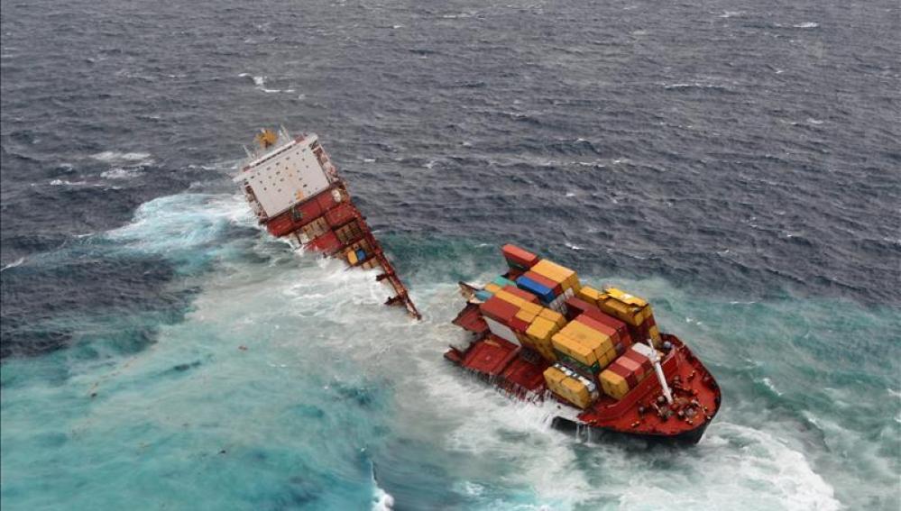 Imagen del buque Rena, encallado en las costas de Nueva Zelanda.