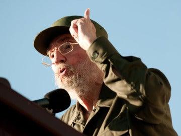 Fidel leyendo un mensaje a los estudiantes universitarios cubanos