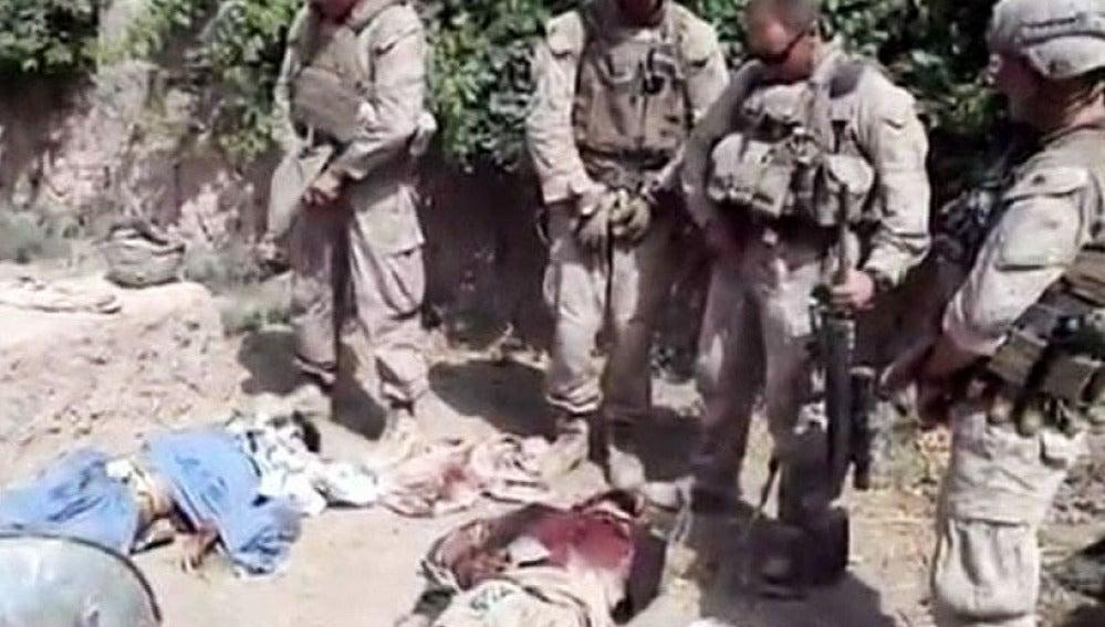 Vídeo en el que soldados orinan a talibanes muertos