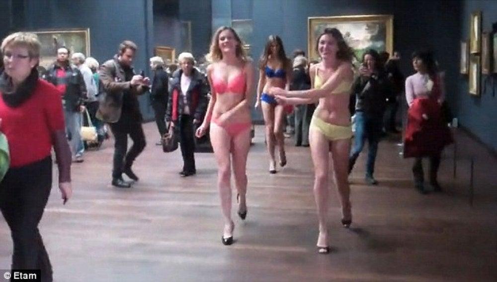 Modelos de ETAM improvisan un desfile dentro de un museo