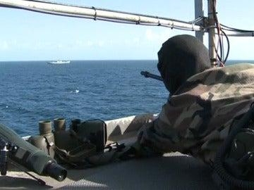 Un buque de la Armada se defiende de un ataque pirata