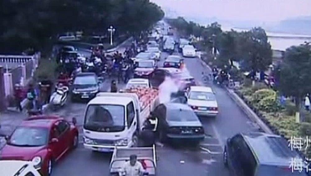 Un conductor arremete contra los coches en un atasco