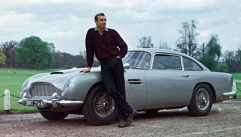 James Bond con su Aston Martin