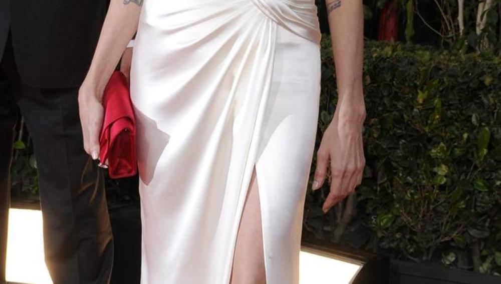 Angelina Jolie lució elegante pero muy delgada