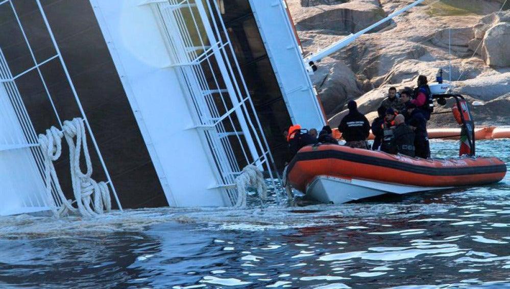 Los buzos desempeñan su labor junto al buque