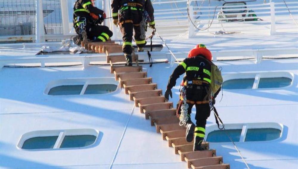 equipo de rescate intenta acceder al barco