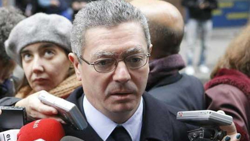 Alberto Ruiz Gallardón a las puertas del domicilio de Fraga en Madrid