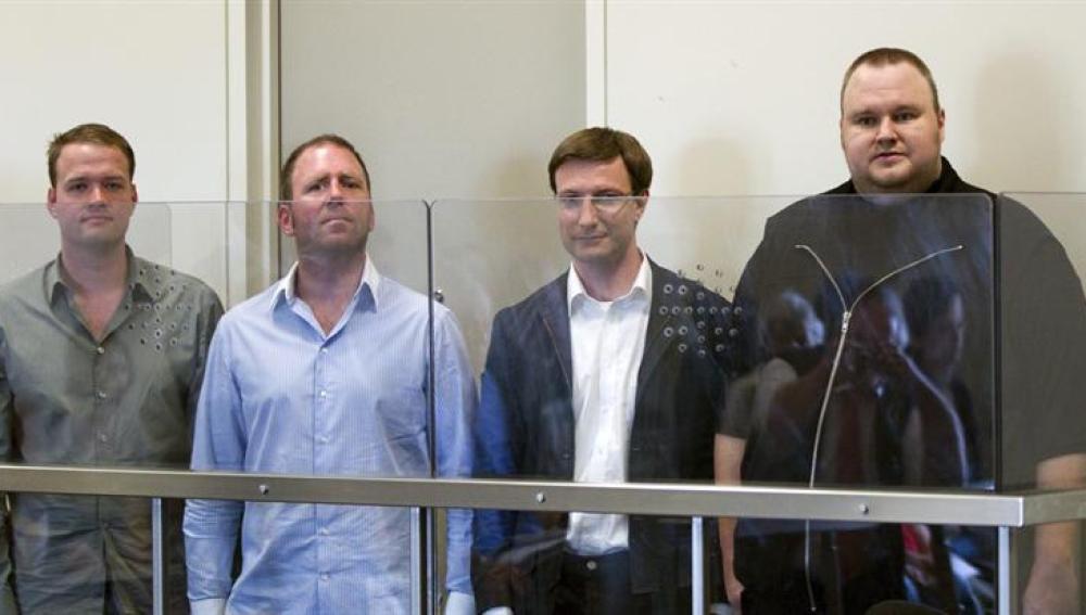 Bram van der Kolk, Finn Batato, Mathias Ortmann y el fundador de la popular página de descargas MegaUpload, Kim Schmitz, están en prisión preventiva en Auckland