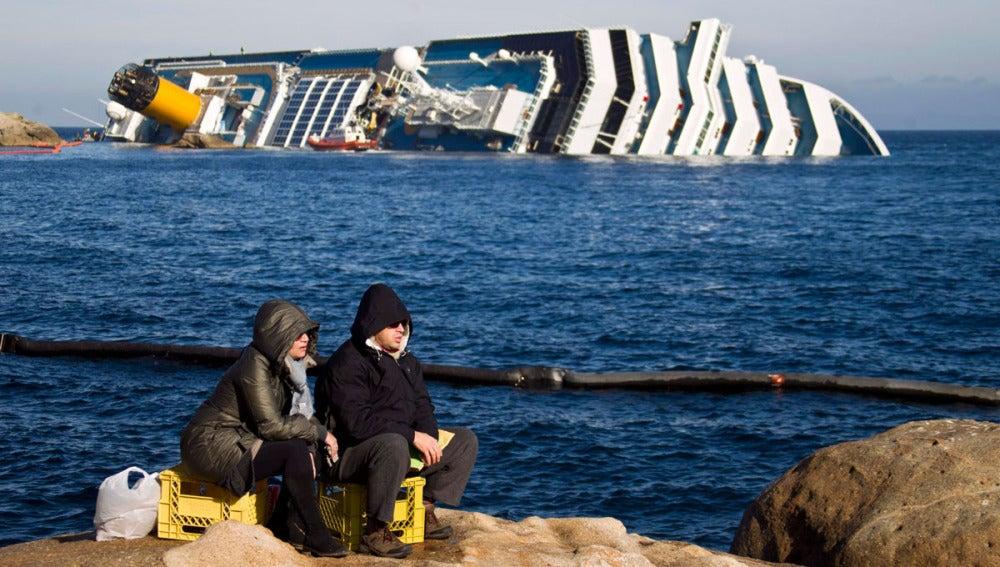 El Costa Concordia encallado junto a la isla de Giglio