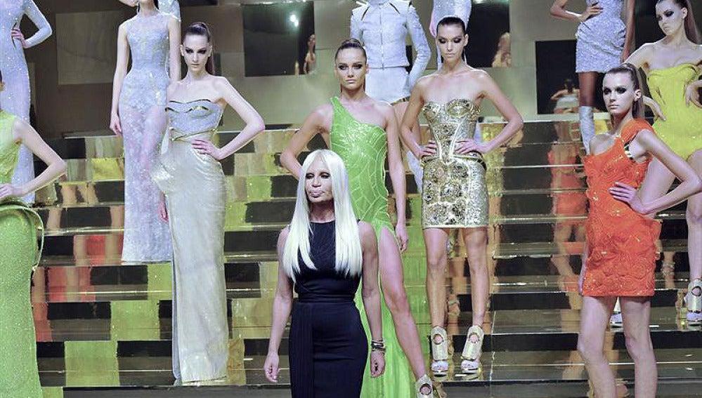 Donatella Versace con sus modelos