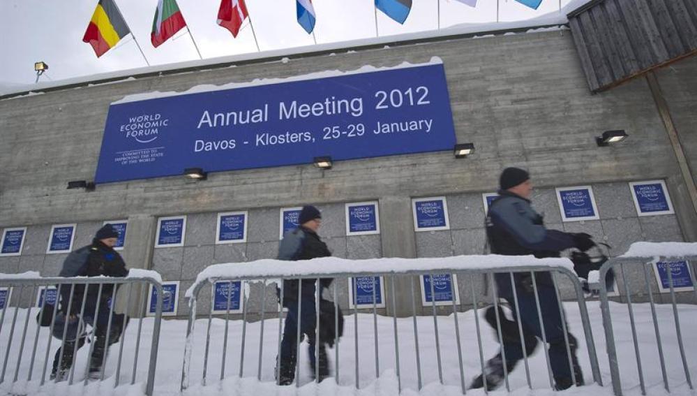 Policías suizos a las afueras del Centro de Congresos de Davos