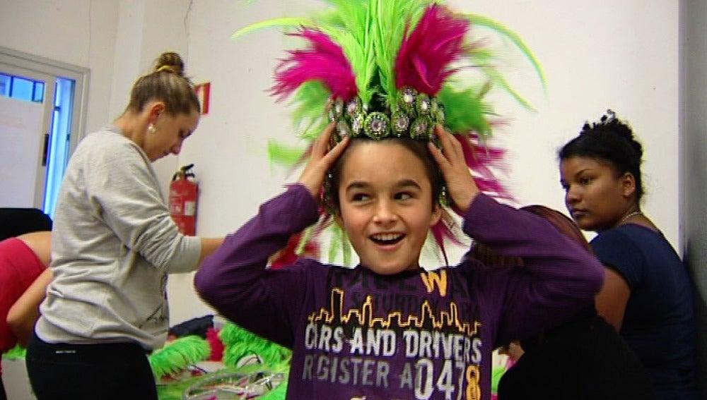 Un niño prueba su disfraz de carnaval