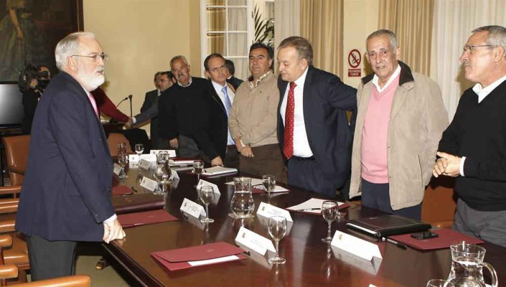 Arias Cañete anuncia ayuda a pescadores