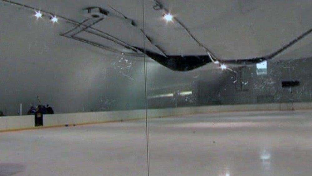 Cede el techo de una pista de hochey en pleno entrenamiento