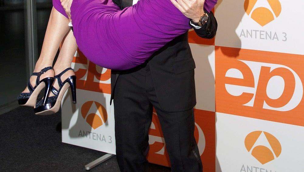 Susanna Griso es cogida en brazos de Pablo Motos