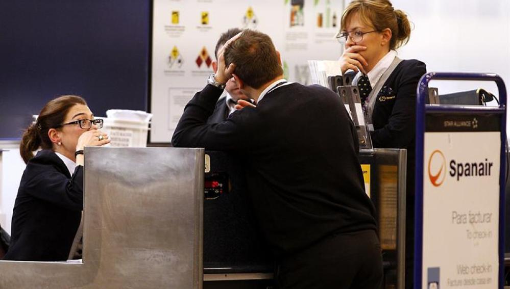 Trabajadores de Spanair en el aeropuerto