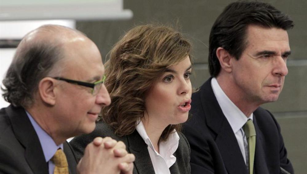 La vicepresidenta del Gobierno, Soraya Sáenz de Santamaría; el ministro de Hacienda, Cristóbal Montoro , y el ministro de Industria, José Manuel Soria