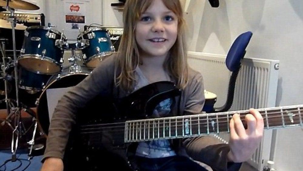 Zoe Thomson, un prodigio de ocho años que triunfa en internet gracias a su guitarra