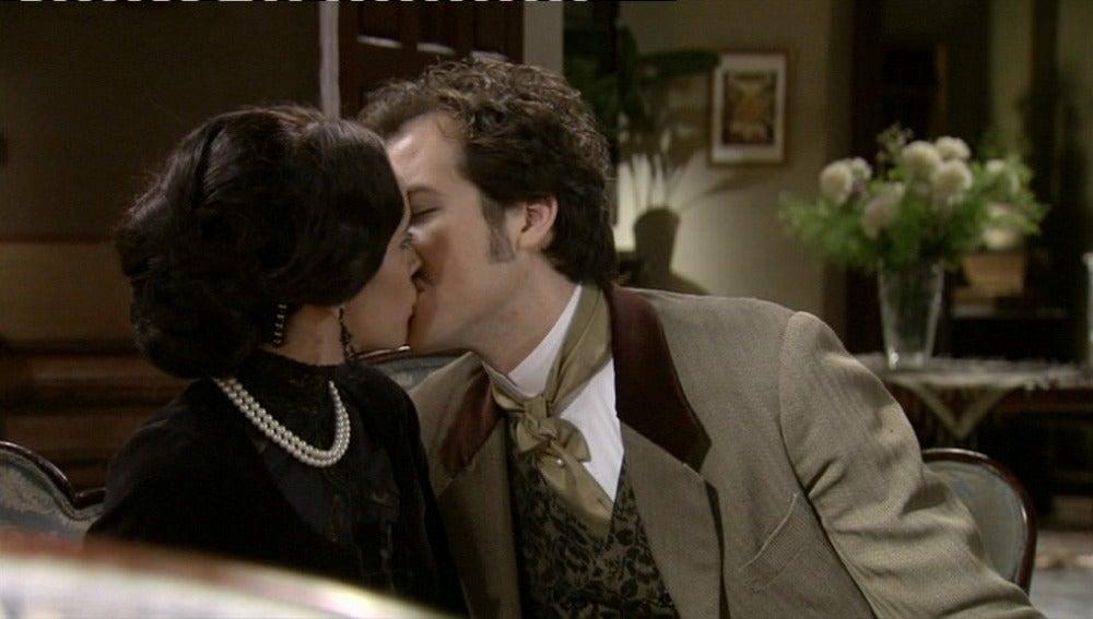 Aníbal se lanza a besar a Teresa
