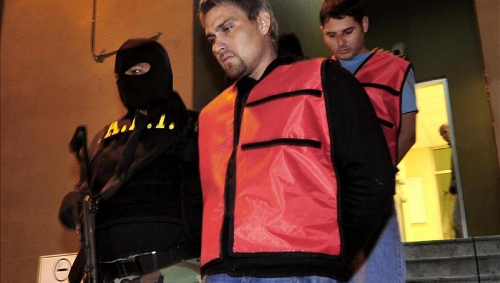 """Un agente estatal custodia al exfutbolista Omar Ortiz Uribe, alias """"el Gato""""."""