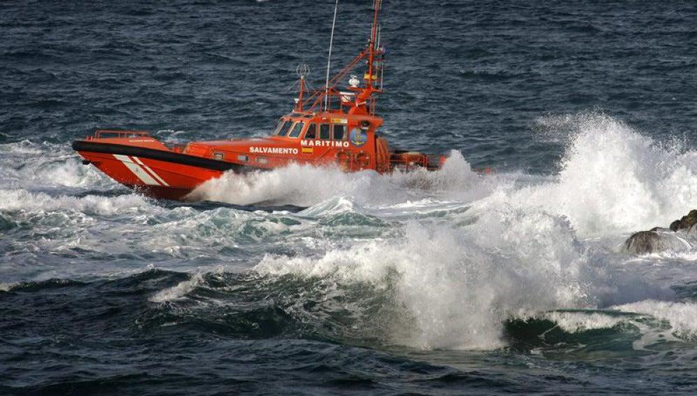 Un lancha de Salvamento Marítimo en busca de los tres desparecidos