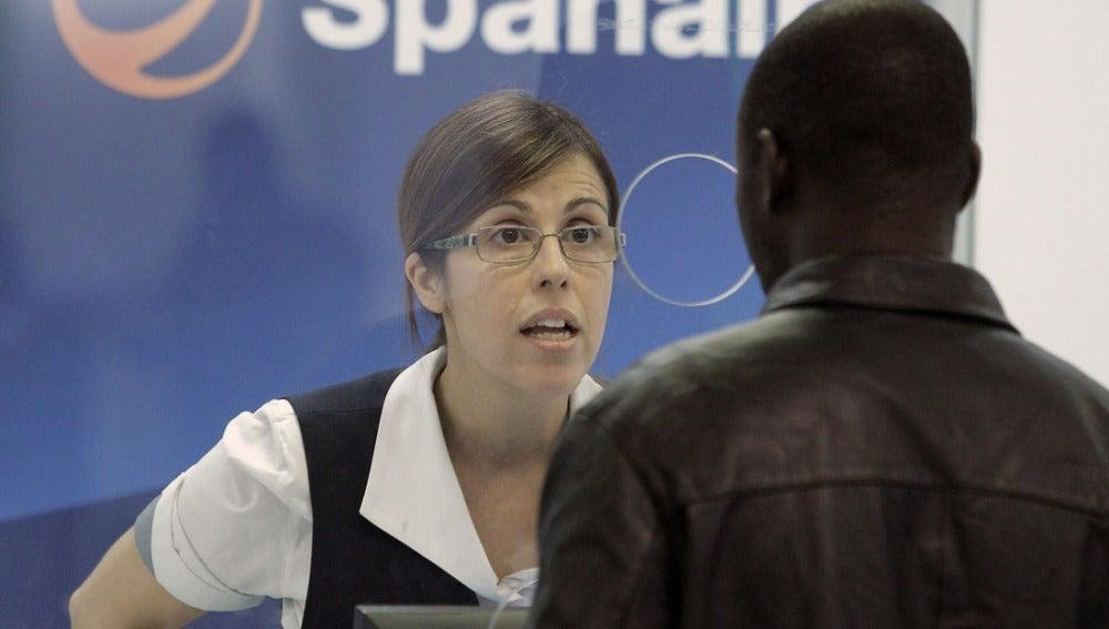 Una empleada de Spanair atiende en uno de los mostradores