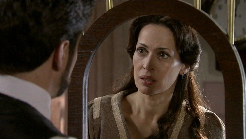 Adela le pide a Mario que se aleje de su familia