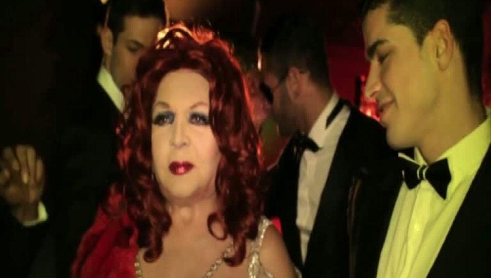 Sara Montiel, entre strippers en el videoclip de su hijo Zeus
